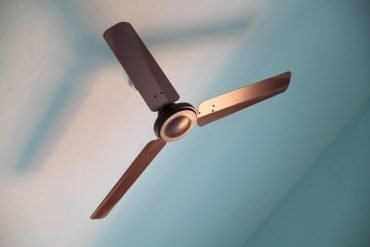 Does sleeping with a fan cause neck or back pain?